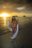 Mädchen auf Strand bei Sonnenaufgang Lizenzfreies Stockfoto