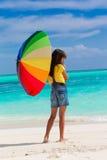 Mädchen auf Strand mit Regenschirm Lizenzfreies Stockfoto