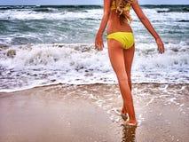 Mädchen auf Strand nahe dem Meer Gelber Badeanzug Lizenzfreie Stockfotos