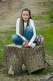 Mädchen auf Stumpf lizenzfreie stockfotografie