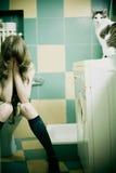 Mädchen auf Toilettensitz stockfotos