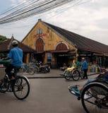 Mädchen auf traditionellen Vietnamesen kleiden auf dem Hoi An-pedicab an Stockfoto
