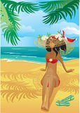 Mädchen auf tropischem Strand mit Strohhut Stockbilder