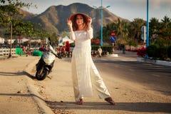 Mädchen auf Vietnamesisch kleiden Notenhut gegen defocused Roller Stockbild