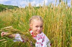 Mädchen auf Weizenfeld Lizenzfreie Stockbilder
