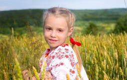 Mädchen auf Weizenfeld Stockfotografie