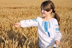 Mädchen auf Weizenfeld Stockbild