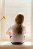 Mädchen auf Window-sill Lizenzfreie Stockfotos