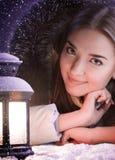 Mädchen auf Winterschnee mit Laterne Lizenzfreie Stockbilder