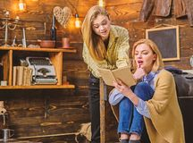 Mädchen aufgeregt über neuen Roman vom Lieblingsverfasser, Literaturkonzept Familienabend im hölzernen Häuschen der Landschaft lizenzfreie stockbilder