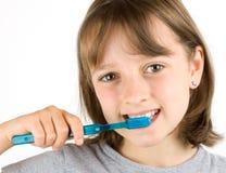Mädchen-auftragende Zähne Stockfotos