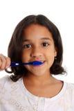 Mädchen-auftragende Zähne Lizenzfreie Stockbilder