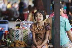 Mädchen-Aufwartung Lizenzfreie Stockfotografie