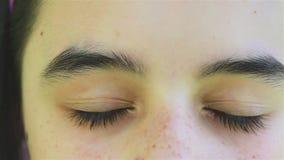 Mädchen-Augen schließen oben stock footage