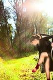 Mädchen aus dem Auto in den Holzschuhen heraus Stockfotografie