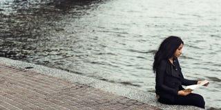 Mädchen-Auseinanderbrechen-Verhältnis-sitzendes alleinkonzept stockfotografie