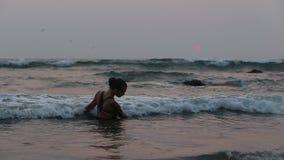 Mädchen-Ausführende tanzen akrobatische Bremsungen im Wasser stock footage