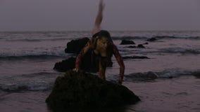 Mädchen-Ausführende tanzen akrobatische Bremsungen im Wasser stock video footage