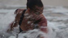 Mädchen-Ausführende tanzen akrobatische Bremsungen im Wasser stock video