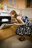 Mädchen backte einen Kuchen Stockbild