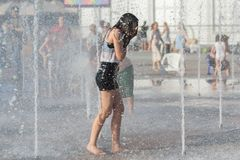 Mädchen baden im Brunnen am heißen Tag Lizenzfreie Stockfotografie