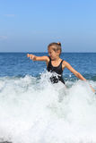 Mädchen badet im Meer Stockfotos