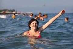 Mädchen badet im Meer Lizenzfreies Stockbild