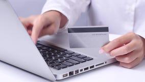 Mädchen beenden oben das on-line-Einkaufen, das mit einer Karte durch die Tablette zahlt Abschluss oben stock footage
