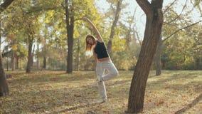 Mädchen behält einen Gleichgewichtssinn und ein Gleichgewicht herein