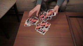 Mädchen behandelt Karten auf kleiner Tabelle stock video
