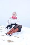 Mädchen bei der Winterpelzmantelaufstellung Stockfotos