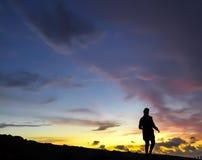 Mädchen bei Sonnenuntergang auf einem Gebirgsrücken Stockfoto