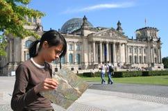 Mädchen beim Reichstag Stockfotografie