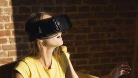 Mädchen benutzt Gläser der virtuellen Realität stock video