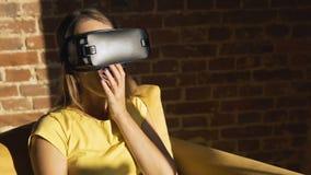 Mädchen benutzt Helm der virtuellen Realität stock footage