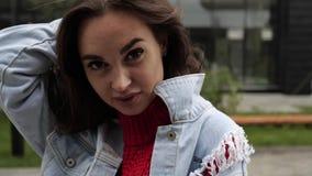 Mädchen berührt Haar auf der Straße stock footage
