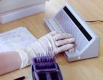 Mädchen berechnet Blutformel, Nahaufnahme Stockfotografie