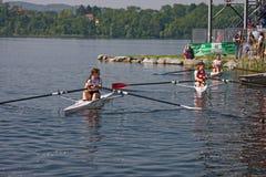 Mädchen bereit, ein Rudersportrennen zu beginnen stockfotos