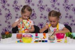 Mädchen bereiten sich für den Ostern-Feiertag, Farbeier vor Stockfotografie