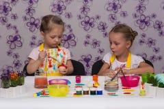 Mädchen bereiten sich für den Ostern-Feiertag, Farbeier vor Lizenzfreie Stockfotografie