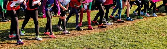 Mädchen bereiten vor, um zu laufen zu beginnen stockbilder