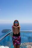 Mädchen in Bergen und in Meer Dubornik Kroatien Lizenzfreie Stockfotografie