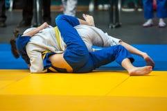 Mädchen beschäftigt gewesen mit Judo Lizenzfreie Stockfotografie