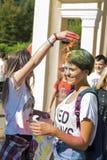 Mädchen besprühten sich mit Farbe Lizenzfreies Stockbild