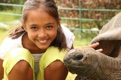 Mädchen besucht Jonathan die riesige Schildkröte St. Helena Stockfotografie