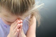 Mädchen-Beten lizenzfreie stockfotografie