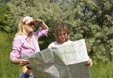 Mädchen betrachten die Karte Lizenzfreie Stockbilder