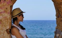 Mädchen betrachtet das Meer Lizenzfreie Stockfotos