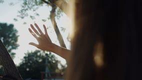 Mädchen betrachtet die Sonne stock footage