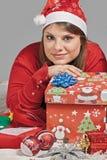 Mädchen betrachtet ihr Geschenk Lizenzfreies Stockfoto